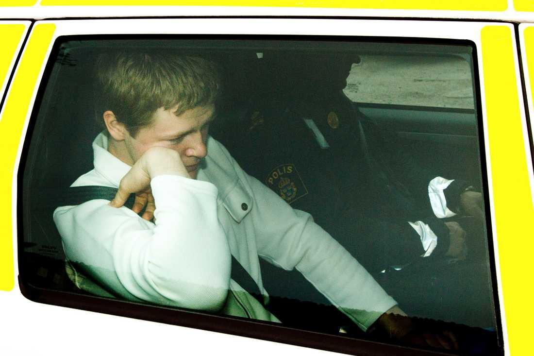 Ragnar Nilsson förs till polishuset i Sundsvall efter att han gripits.
