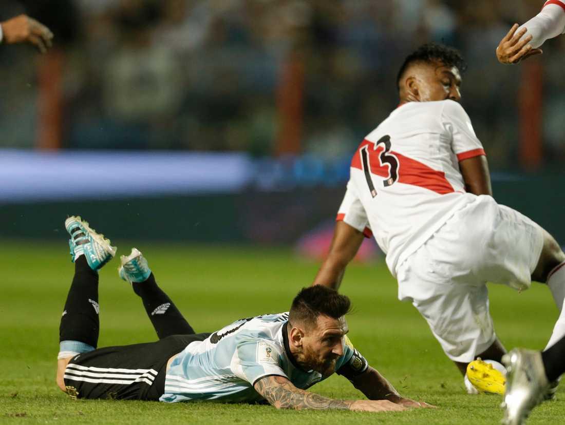 Argentinas Lionel Messi ramlar på planen under matchen mot Peru.