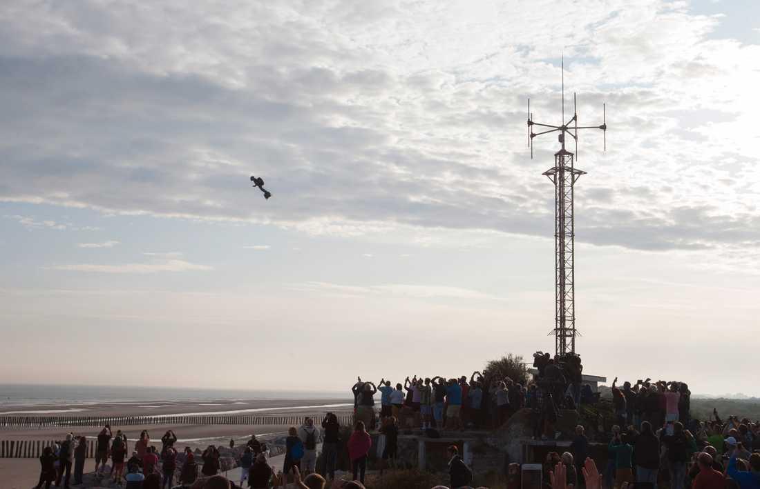 Fransman Flög över Engelska Kanalen På Bräda