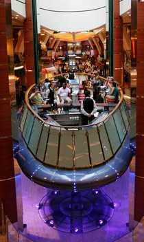 """""""Rising Tide"""" hissas sakta upp och ner i ena änden av restauranggallerian Royal Promenade. Här kan du sänka en mojito medan den """"svävande"""" baren tar ett varv upp under taket."""