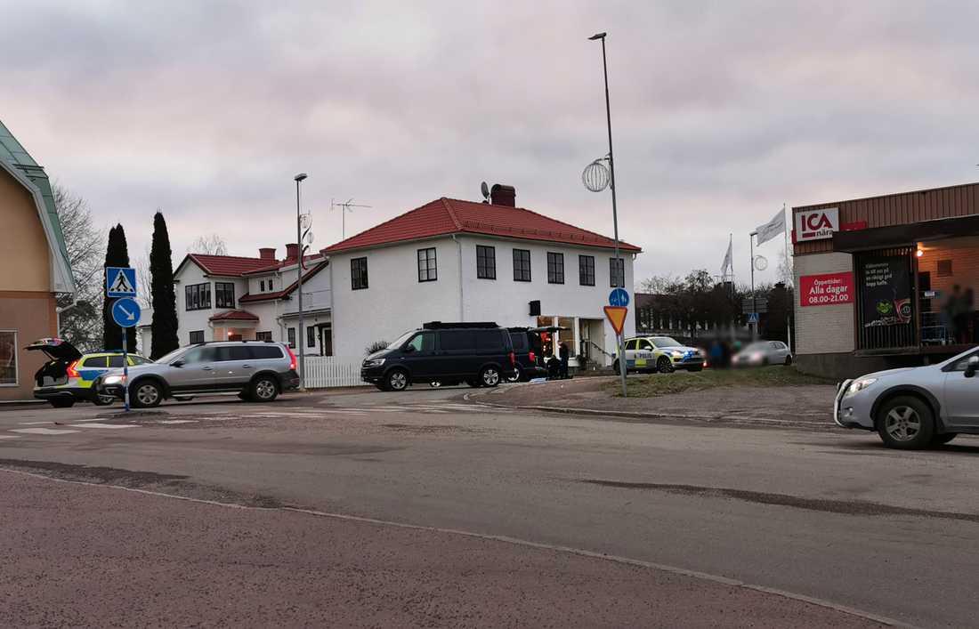 Polisen har skjutit en knivbeväpnad man utanför en Ica-butik i Deje.