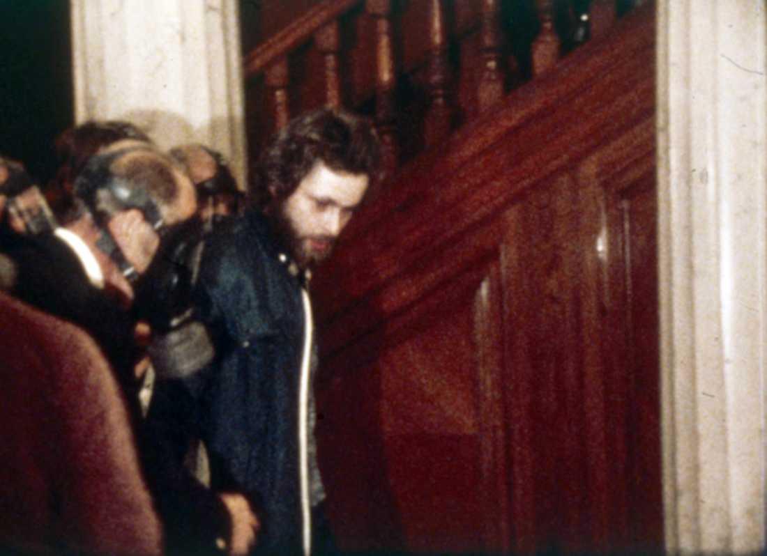 Polisen griper Clark Olofsson efter det sex dagar långa Norrmalmtorgsdramat 1973.