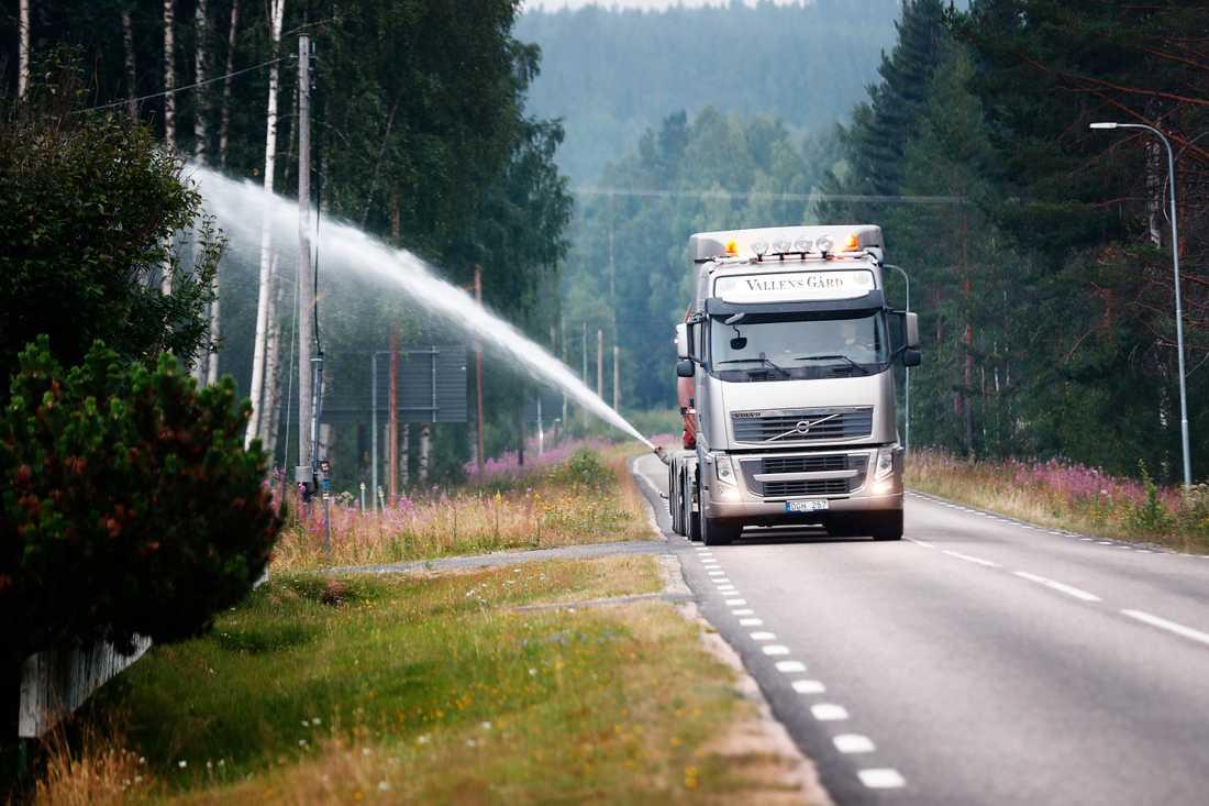 Tankbil åker och vattnar i Kårböle som under natten utrymdes.