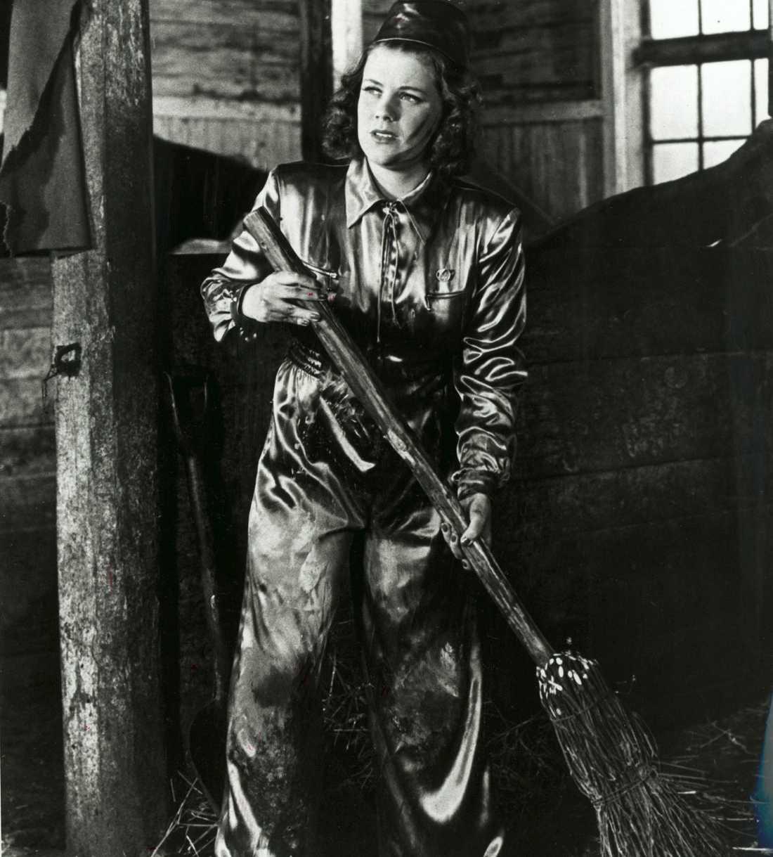 """1941 Krigsåret -41 spelade Sickan huvudrollen i komedin """"Landstormens lilla argbigga"""", där hon spelade den rika Stockholmstjejen Marianne som tar jobb som beredskapskvinna på landsbygden. En omställning som bäddar för skratt."""