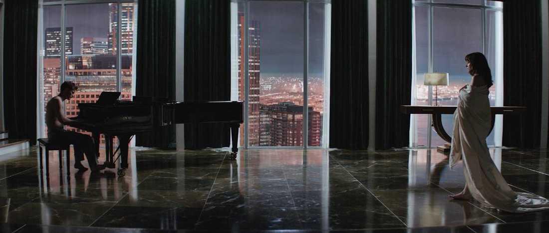 """VÄRLDSPREMIÄR I I Dakota Johnson spelar Anastasia Steele i """"50 shades of Grey"""". Jamie Dornan gör rollen som den stenrike affärsmannen Christian Grey."""