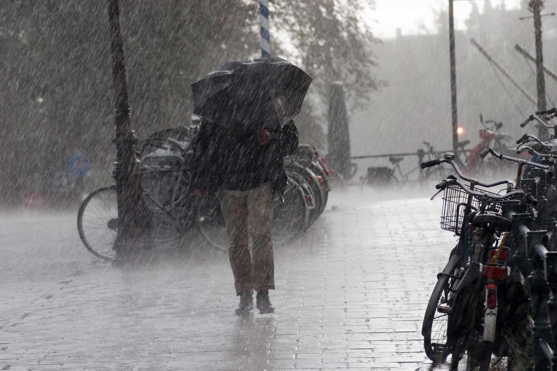 Närmsta tiden väntar svalare temperaturer och regn i nästan hela landet.