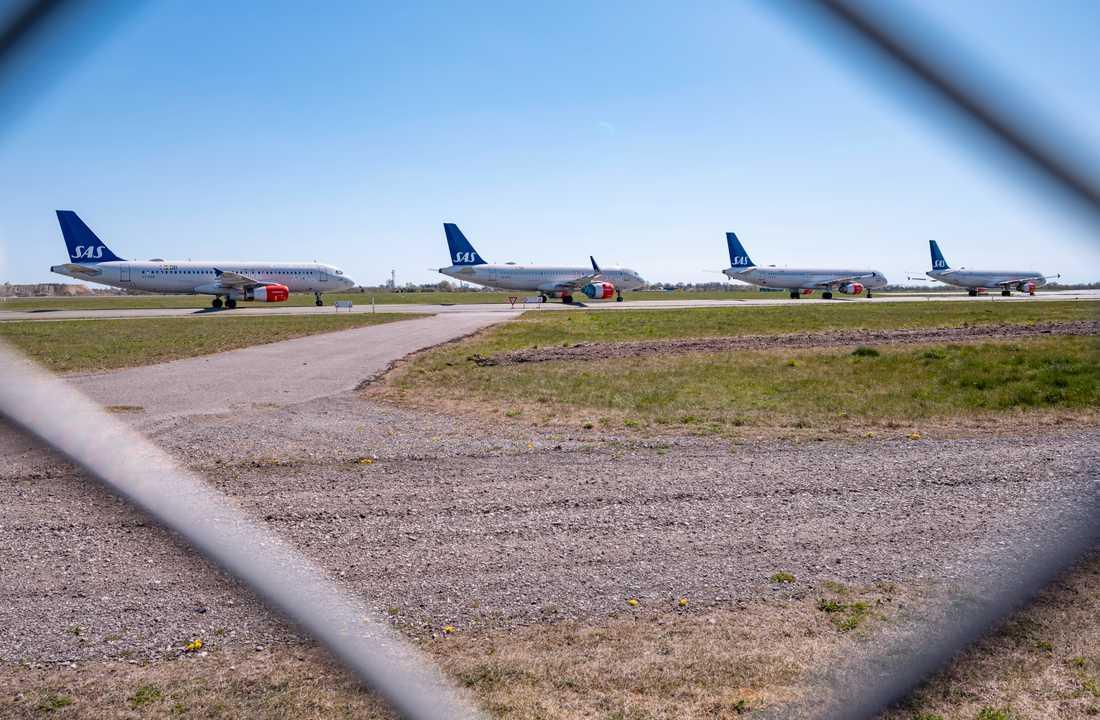 Parkerade SAS-plan på en taxibana på Kastrup i Köpenhamn. Flygbolaget har på grund av coronapandemin totalt omkring 100 plan parkerade på Arlanda, Kastrup och på Gardermoen. Arkivbild.