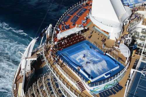 Allure of the seas Surfsimulatorn roas de passagerare som vill göra något mer än ligga och lata sig i en solstol.