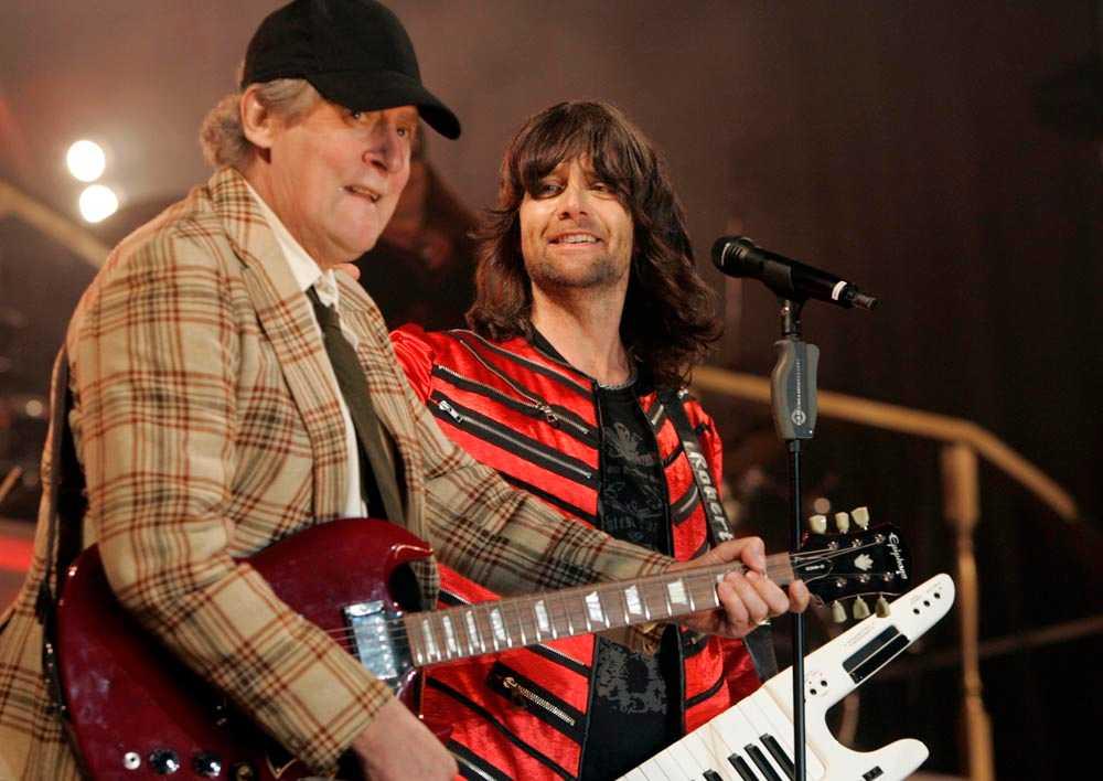 """2007 Kurt Olsson igen –här i hårdrockstappning. Under Rhapsody in rock-turnén med Robert Wells fick Brandeby lira AC/DC:s hit """"Highway to hell"""""""