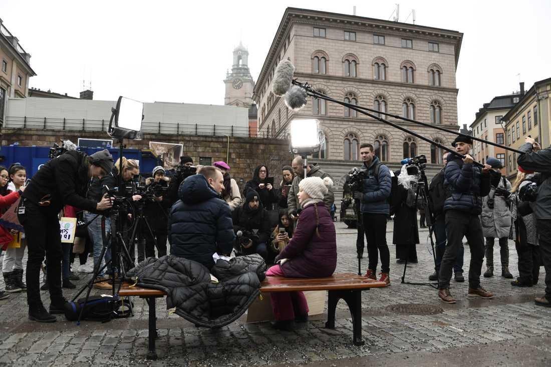 Ett stort mediauppbåd mötte Greta Thunberg på Mynttorget vid Sveriges riksdag.