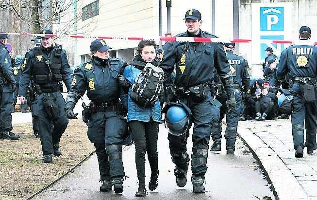 En demonstrant förs bort av dansk polis under klimatmötet i Köpenhamn i december.