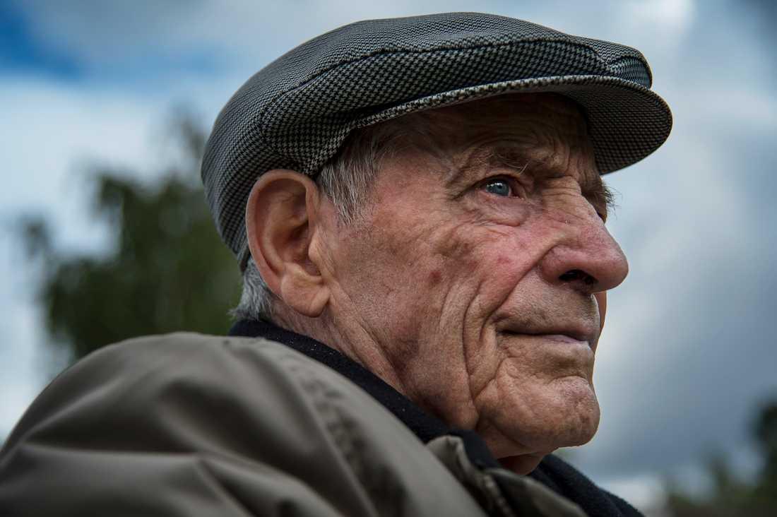 Lars Borgström, 88, har avlidit, men tingsrätten dömde i dag polismannen som lurade den gamle mannen på hans hus.