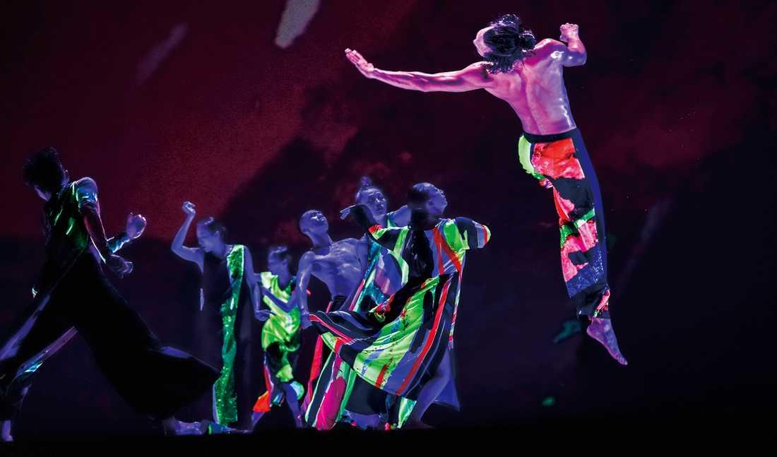 "Cloud Gate Dance Theatre of Taiwan i ""13 tonhues""."