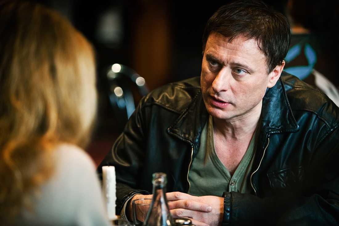 """Michael Nyqvist som Mikael Blomkvist i den engelska versionen av """"Flickan som lekte med elden"""" – """"The Girl Who Kicked the Hornet's Nest""""."""