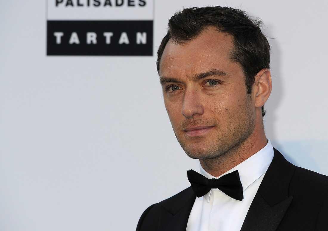 Skådespelaren Jude Law har stämt tidningarna The Sun och News of the World som stjärnan menar har avlyssnat hans mobil.