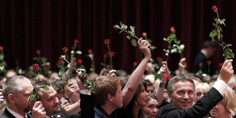 Jens Stoltenberg höll upp ros på minnesstunden i Oslo.