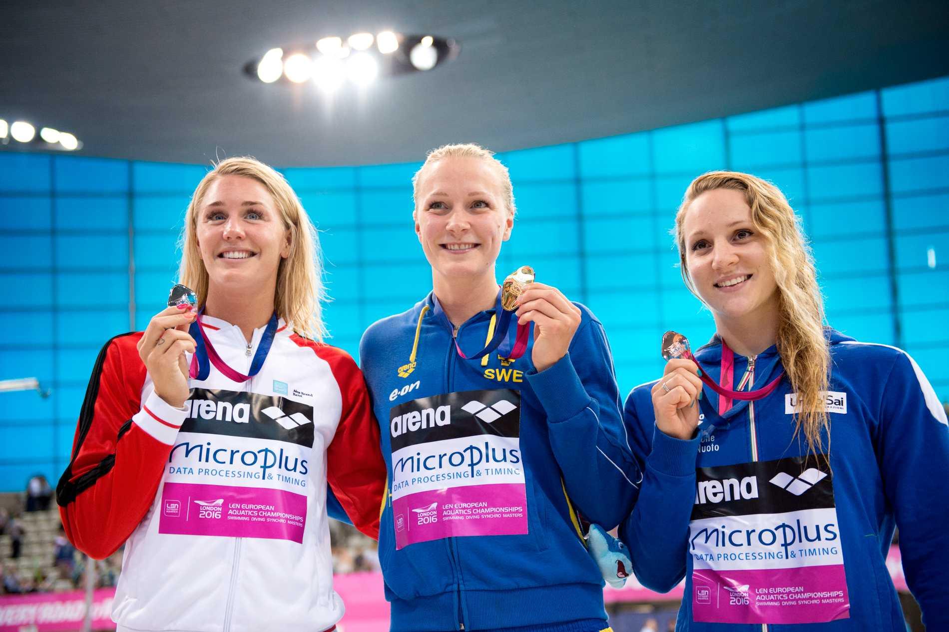 Ottesen till vänster om Sarah Sjöström på sim-EM 2016.