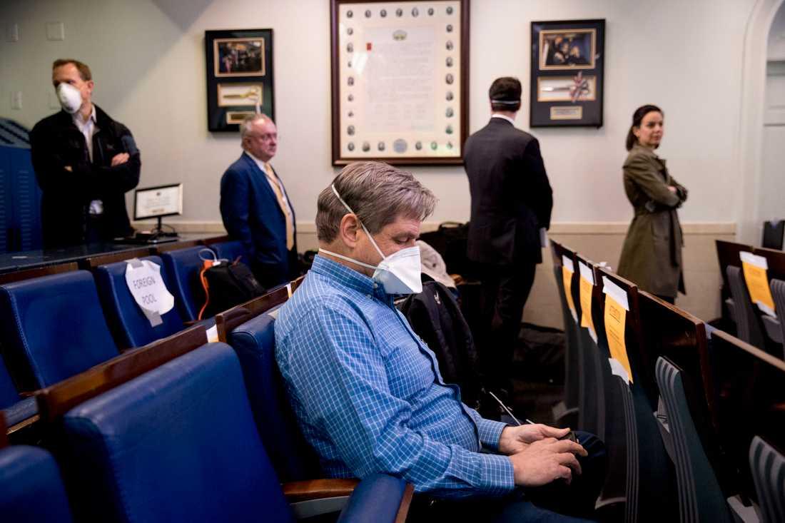 Journalister väntar på att bli snabbtestade för coronavirus före president Trumps presskonferens i Vita huset.