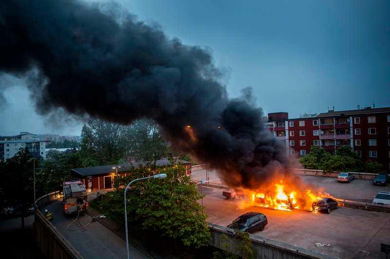 23 MAJ, HUSBY I NORRA STOCKHOLM Husby i Stockholm skakas av våldsamma upplopp. Bilar sätts i brand och poliser och räddningstjänst attackeras med stenar. Oroligheterna sprids senare till andra delar av Stockholm och pågår flera nätter i rad.
