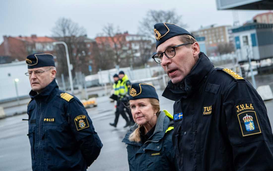 Mats Löfving, chef för polisens Nationella operativa avdelning, Therese Mattsson, generaldirektör Kustbevakningen, och Fredrik Holmberg, vikarierande generaltulldirektör, vid en pressträff i Trelleborgs hamn.