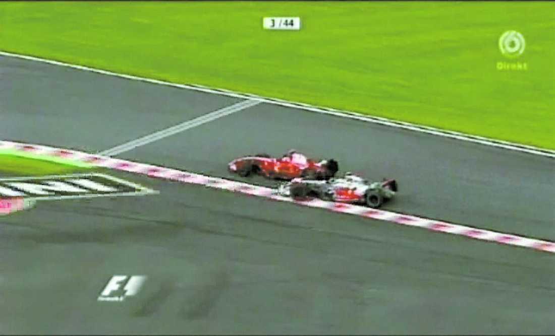 Räikkönen är först ur kurvan och in i chikanen ...