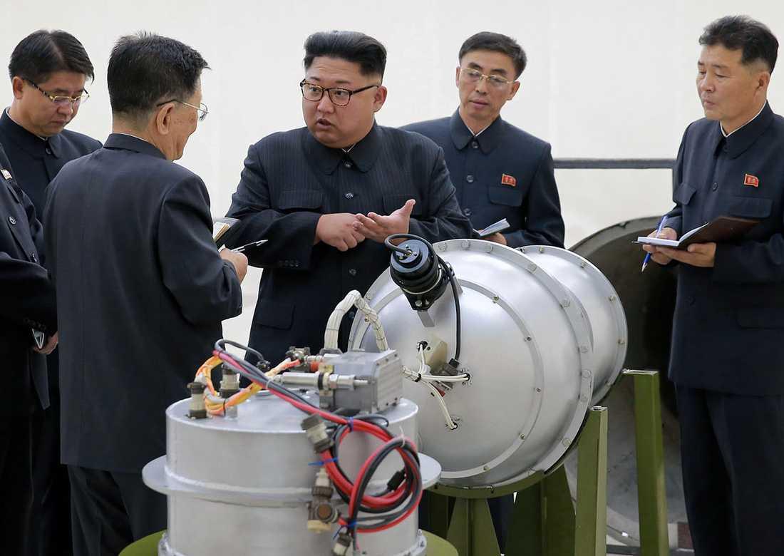 Kim Jong-UN gör en inspektion vid okänd lokal i landet på bild distribuerad av den statliga nyhetsbyrån KCNA.