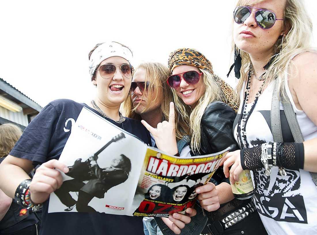 """Friday Liw, 23, Kalmar: """"Zombie söker svensk kärlek""""? Oooh... Skön tidning. Krister Danielsson, odödlig, Helvetet: Det är som er söndagsbilaga fast med bara metal i stället. Det är konsekvent och det gillar jag. Vi hårdrockare är konservativa. Och titta vilken frän gammal bild på Black Sabbath! Det ska vara gamla coola band, ingen ny skit. Men hallå, bara tre plus till """"Ozzmosis""""?! Vad är det för korthårig jävel som satt det betyget? Linette Israelsson, 26, Sundsvall: Down? Tummen upp på det! Och schyst layout. Annica Arvidsson, 30, Öland: Fast ni skulle ha haft med en fet poster på Ozzy också."""