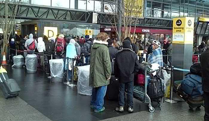 Här köar folk för att komma in på Heathrow terminal 3. Man släpps bara in när det är mindre än tre timmar till avgång. Terminalen är full. Har man ingen flight i dag släpps man inte in alls.