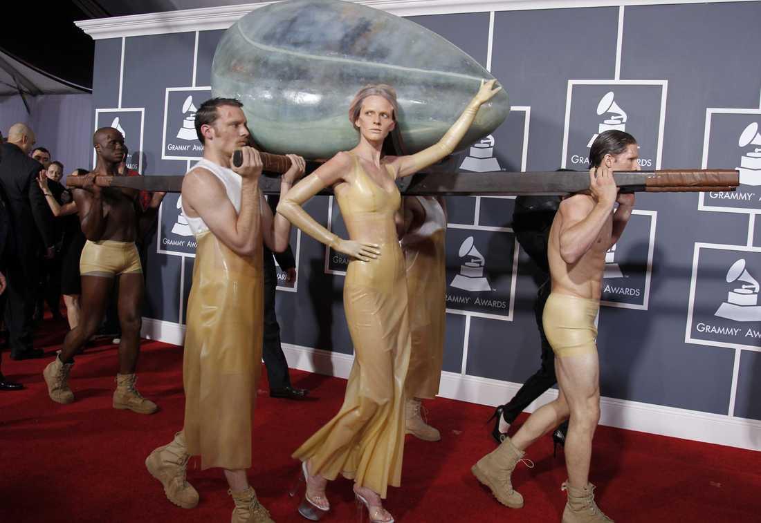 Lady GaGa förnekar sig inte. Hon gjorde entré i ett ägg för att sedan födas på scen, hela ensemblen var skapad av Hussein Chalayan.