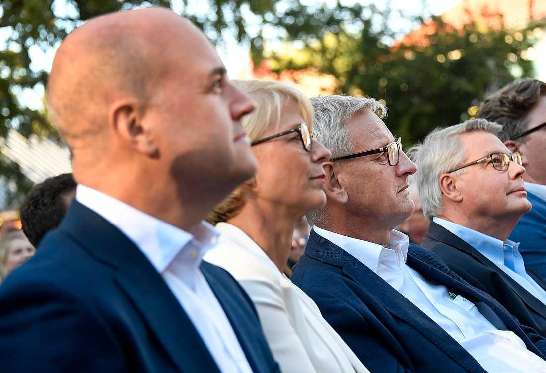 Tre tidigare moderatledare – Fredrik Reinfeldt, Carl Bildt och Bo Lundgren – följde Kristerssons tal på första raden.  Näst längst till vänster, partiets vice partiordförande Elisabeth Svantesson.