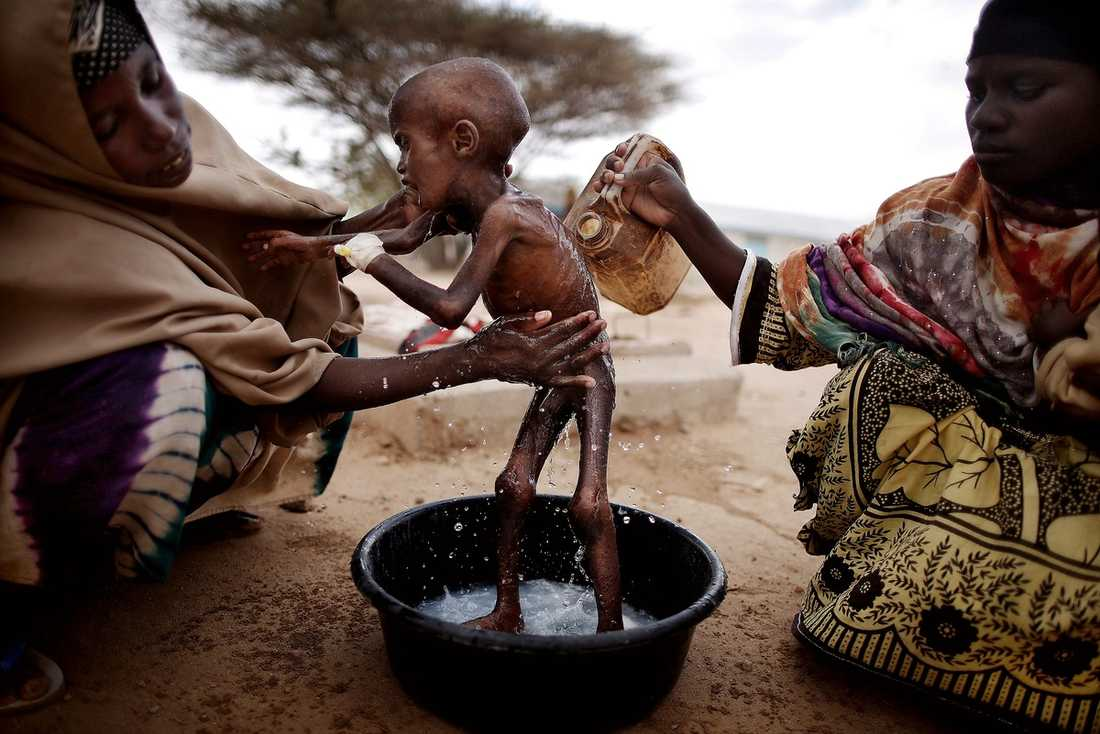 MELLAN LIV OCH DÖD  Situationen i Östafrika är extrem. Den värsta svältkatastrofen i världen på 60 år har drabbat 12 miljoner människor. I flyktinglägret i Dadaab i nordöstra Kenya bor nu en halv miljon flyktingar. Lägret är dimensionerat för att klara av 90 000 människor. Abdilfatah, 2, och hans mamma kom hit när de flydde från torkan och kriget i Somalia. Pojken svävar mellan liv och död efersom hans kropp har glömt bort vad den ska göra med mat.
