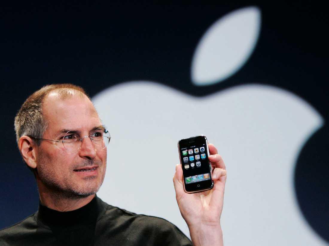 Apples dåvarande vd och grundare Steve Jobs presenterade den första Iphonen 9 januari 2007 på en konferens i San Fransisco. Presentationen har blivit viral och har miljontals visningar på nätet.