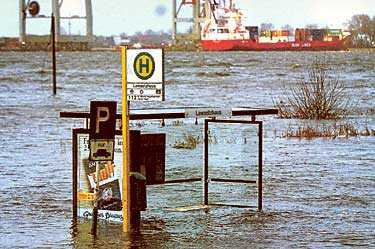 STORA ÖVERSVÄMNINGAR Busshållplatsen blev täckt till hälften med vatten när floden Elbe steg 5,7 meter. Det vilda ovädret över Tyskland förra sommaren förde med sig stora översvämningar.