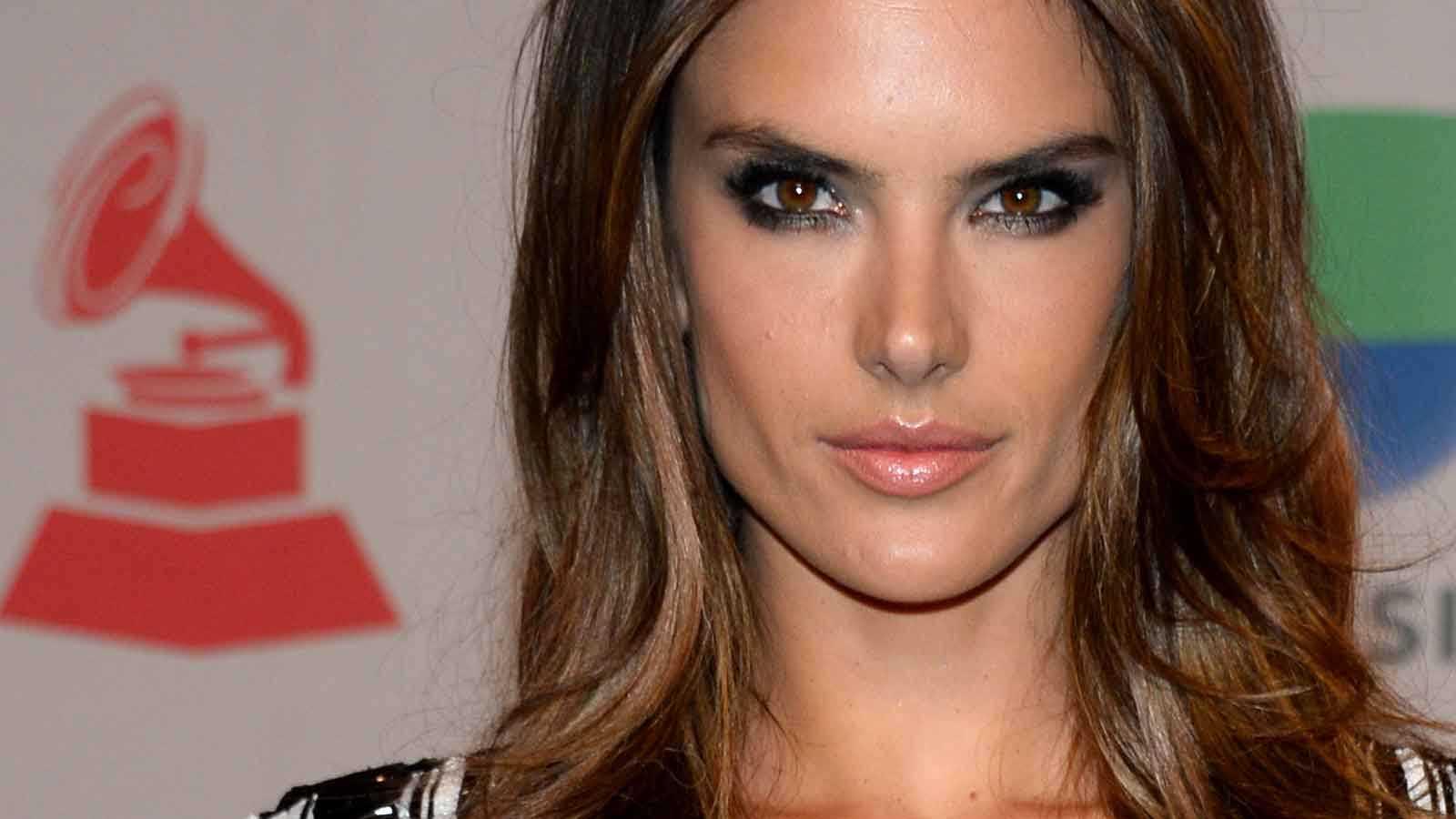Supermodellen Alessandra Ambrosio brukar ofta föredra sotade ögon på röda mattan.