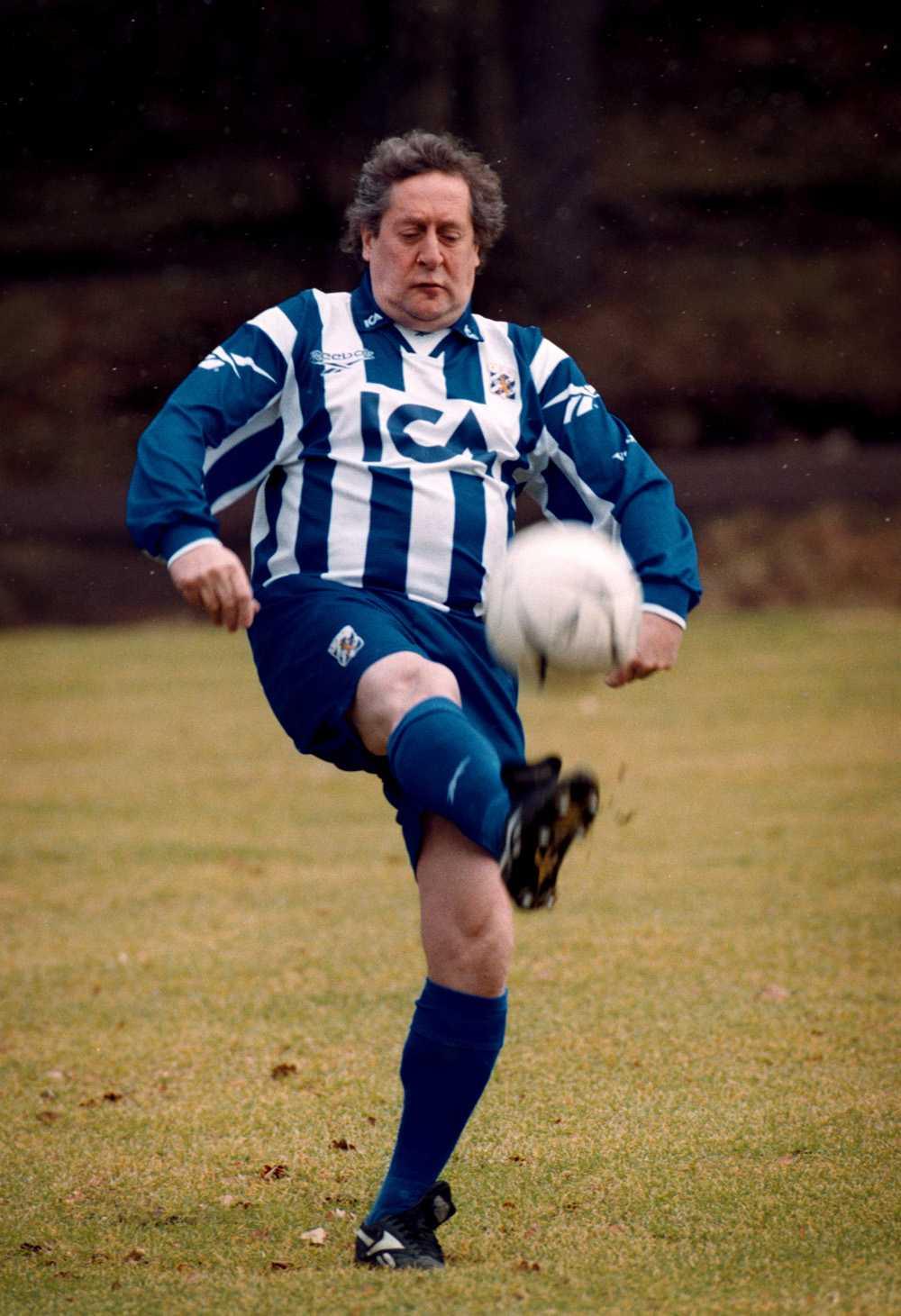 1999 I favoritlagets dräkt. Lasse Brandeby sparkar boll i IFK Göteborgs blåvita matchställ.