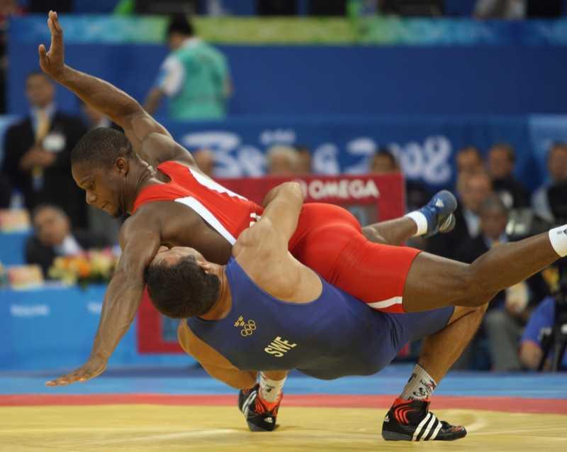 Ara Abrahamian kastar sin motståndare i bronsmatchen, fransmannen Melonin Nouminvi.