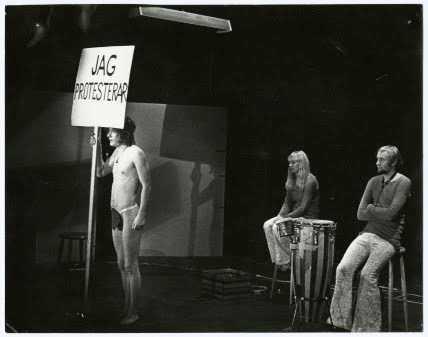"""Föreställningsbild från Nationalteaterns föreställning """"Lev hårt – dö ung"""" 1970. Pressbild."""