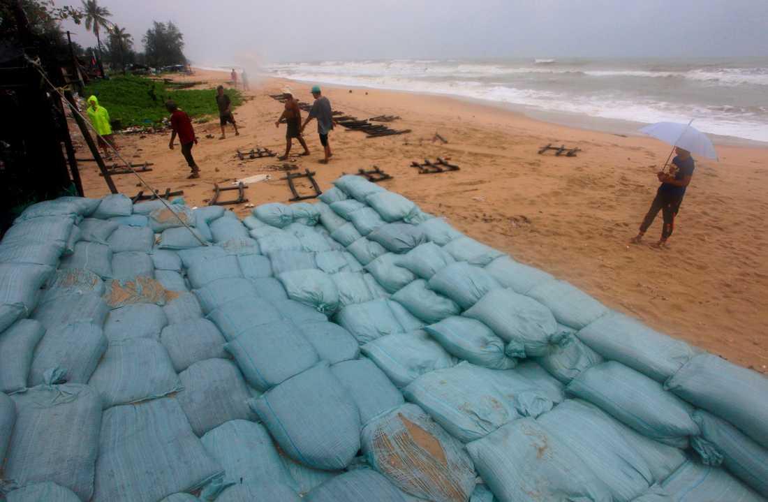 Befolkningen förbereder sig inför stormen Pabuk i Songkhla i södra Thailand. Bilden är tagen den 3 januari.