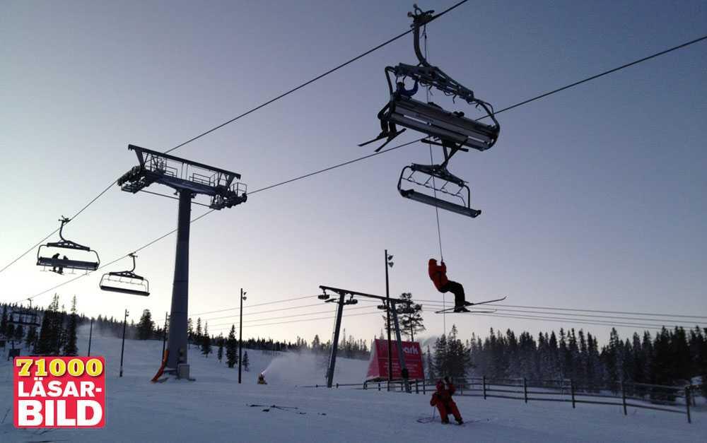 Ett elektroniskt fel gjorde att liften i Lindvallen stannade. Här firar sig en skidåkare ner.