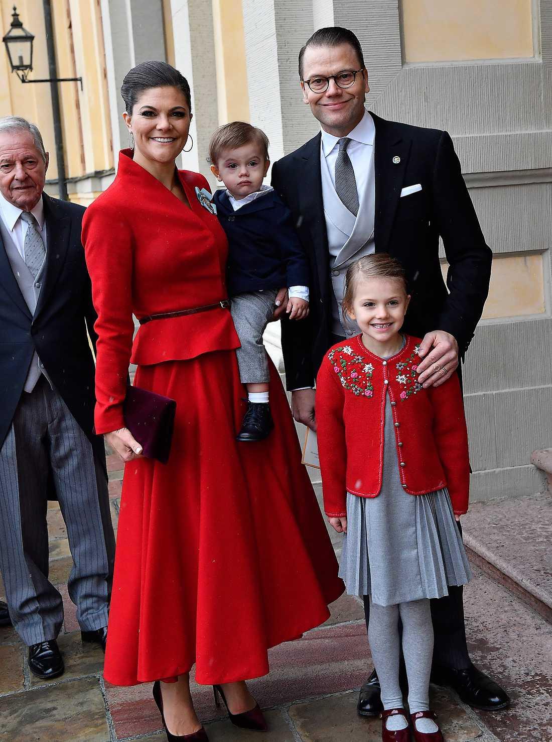 Victoria och Daniel med sina små älsklingar Estelle och Oscar.