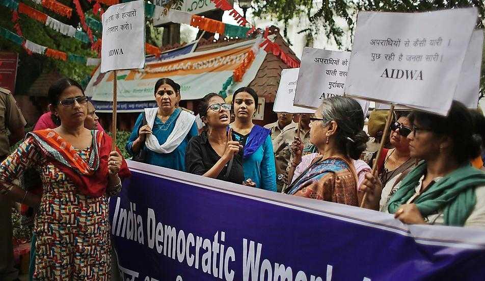 Enligt en FN-rapport utsätts 35,6 procent av världens kvinnor för fysiskt och/eller sexuellt våld under sin livstid. På bilden demonstrerar kvinnor i Indien efter att en kvinna i tisdags våldtagits och mördats i Kerala.