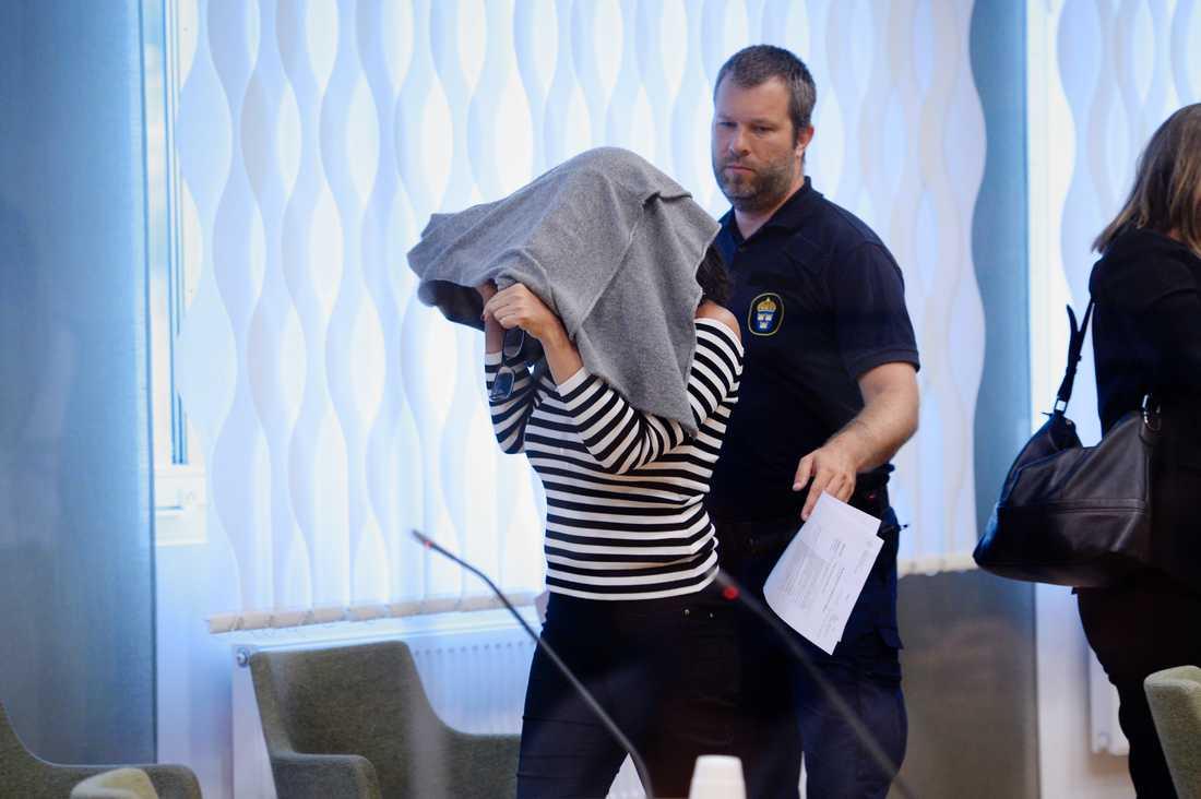 Den misstänkta kvinnan vid en häktningsförhandling.