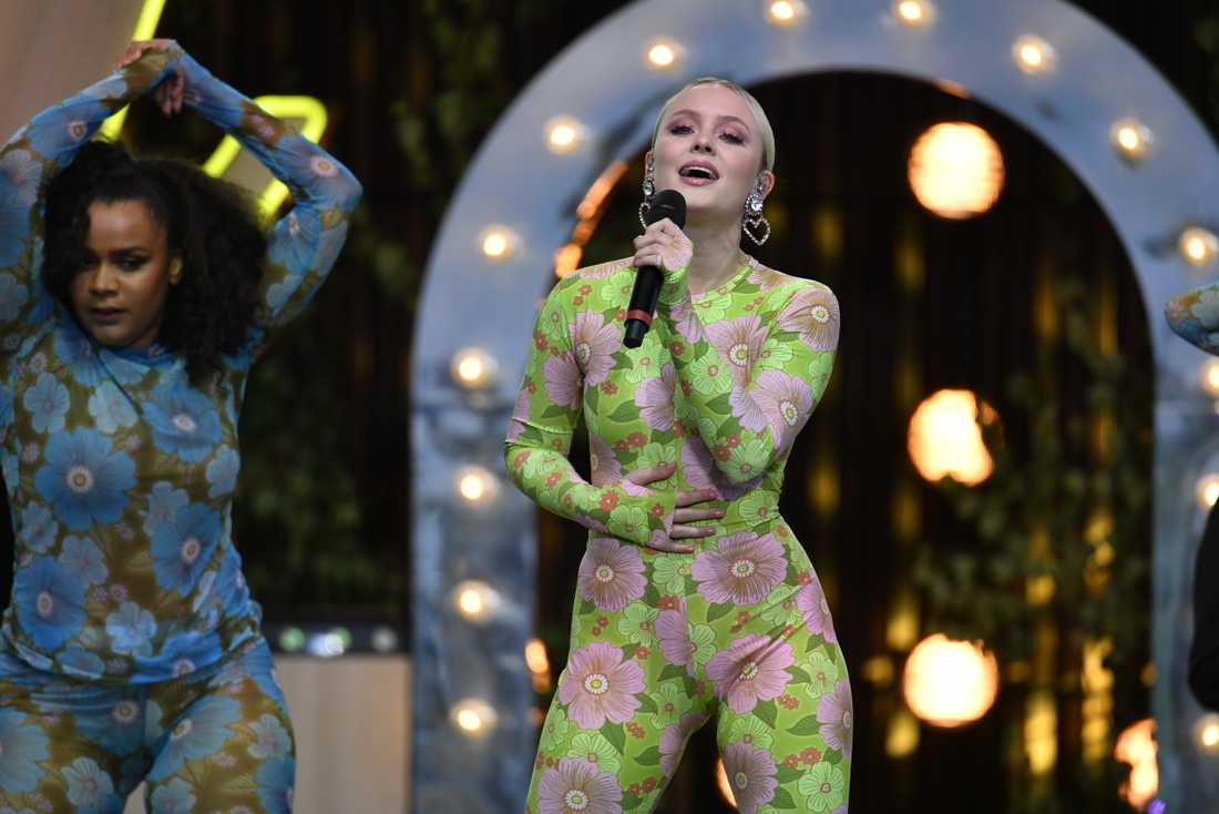 """Superstjärnan Zara Larsson gästade Sollidenscenen för att framföra """"Love me land"""" – och Freestyles """"Vill ha dig""""."""