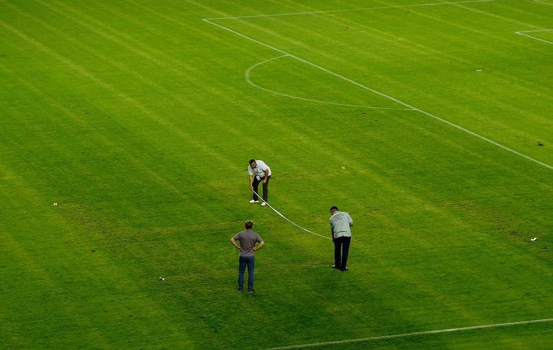 Efter att hakkoret i gräsmattan upptäckts under gårdagens match mellan Kroatien och Italien undersökte polisen platsen.