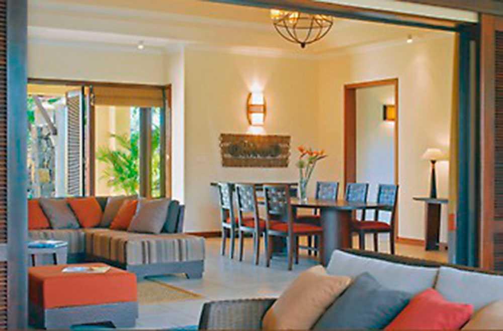 Berth Milton bor i en 700 kvadratmeter stor villa nära stranden på Mauritius. Bilderna visar hur villorna i det stängda området är inredda, med bubbelpool, himmelssäng och generösa soffgrupper.