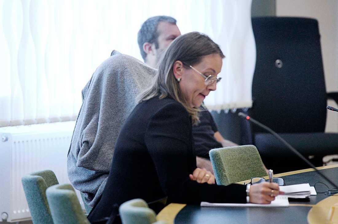 Den 41-åriga kvinnan under satt under en filt under inledningen av häktningsförhandlingen.