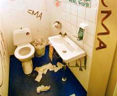 En svordom kan resultera i att eleverna tvingas städa skoltoaletten.