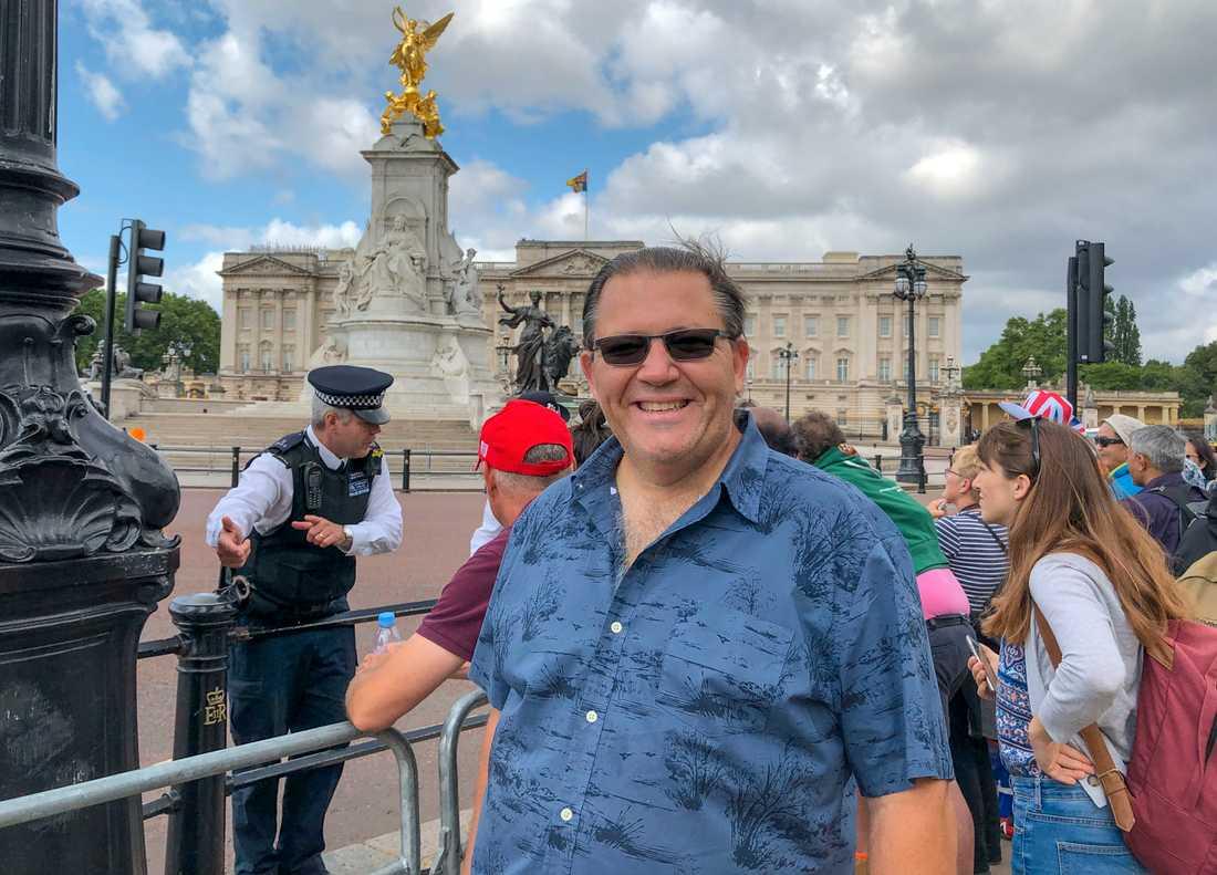 """Jerry Foster från Florida turistar i London och passar på att spana in president Trumps besök i Buckingham Palace. """"Vi älskar honom"""", säger Jerry."""