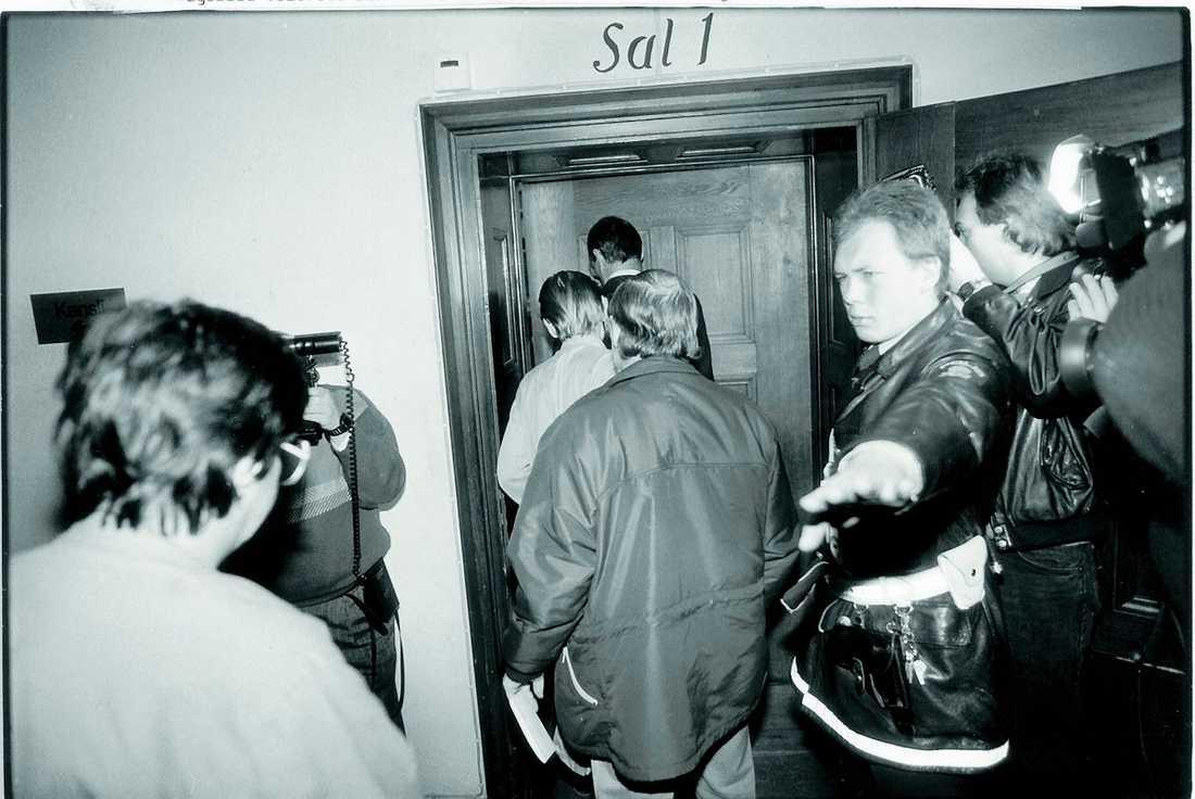 """FRIADE I HOVRÄTTEN Hösten 1987 grips och häktas """"Obducenten"""" och """"Allmänläkaren"""". I mars 1988 döms de båda läkarna för mord på Catrine da Costa. Hovrätten beslutar dock att rättegången måste göras om och i görs i juli 1988 frias de båda läkarna."""