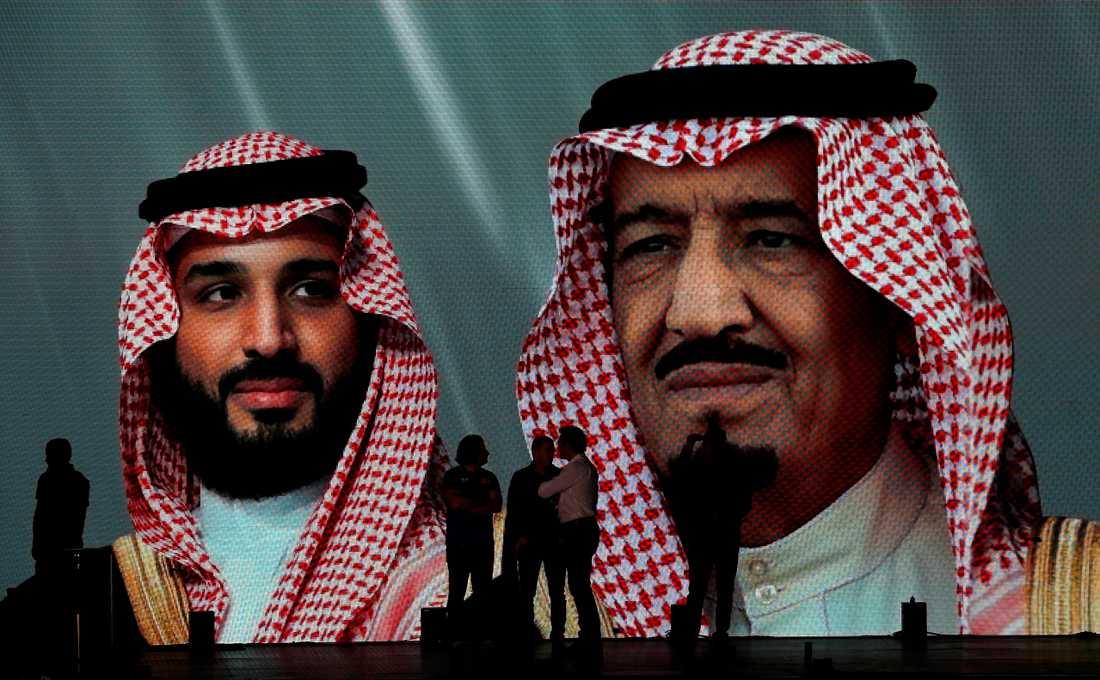 Saudiarabiens kronprins Mohammed bin Salman och kung Salman på en storbildsskärm i Jidda. Bild tagen i samband med Dakarrallyt i landet tidigare i januari.